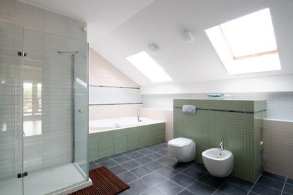 Ein barrierefreies Badezimmer im modernen Stil