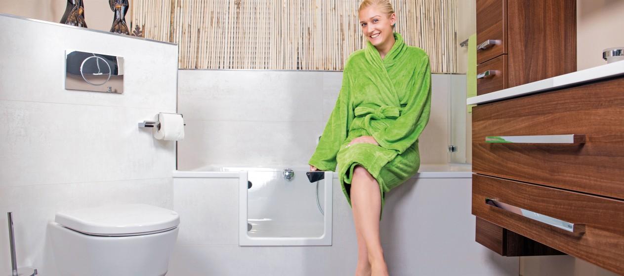 Einstieg ins Wellnessprogramm ohne Stolperfalle: Der nachträgliche Einbau einer Tür in die Badewanne sorgt für mehr Komfort und Sicherheit. Foto: djd/Tecnobad Deutschland