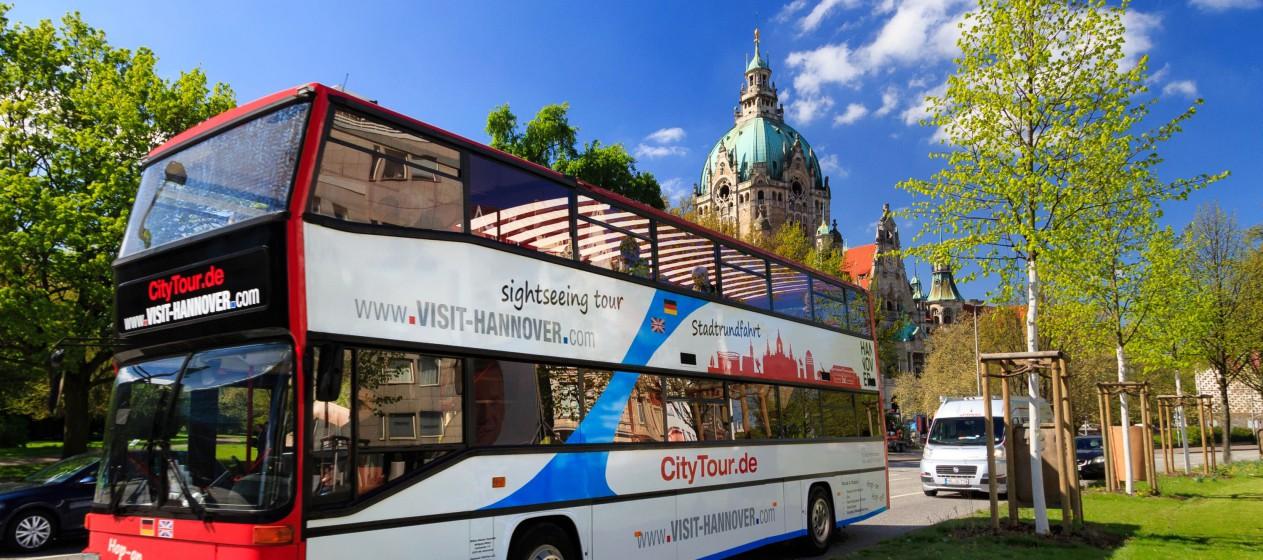 Auf der Stadtrundfahrt durch Hannover kann man an vielen Sehenswürdigkeiten aus- und später wieder zusteigen. Foto: djd/Hannover Marketing und Tourismus