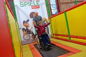 Im Spiele-Magazin können auch Rollifahrer auf dem Trampolin springen. Foto: djd/Halberstadt Information